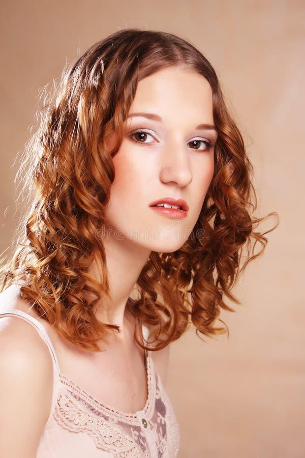 Muchacha hermosa con el pelo ondulado largo fotos de archivo libres de regalías