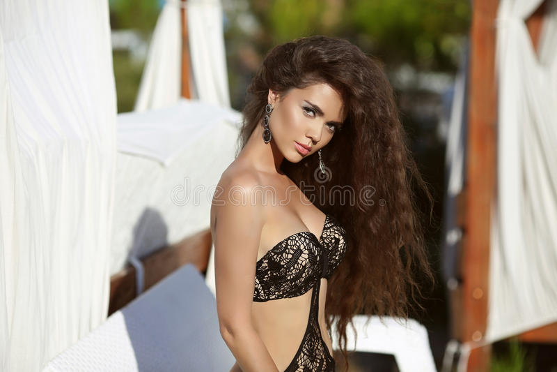 Muchacha hermosa con el pelo ondulado largo Retrato del verano de la belleza Brun foto de archivo libre de regalías