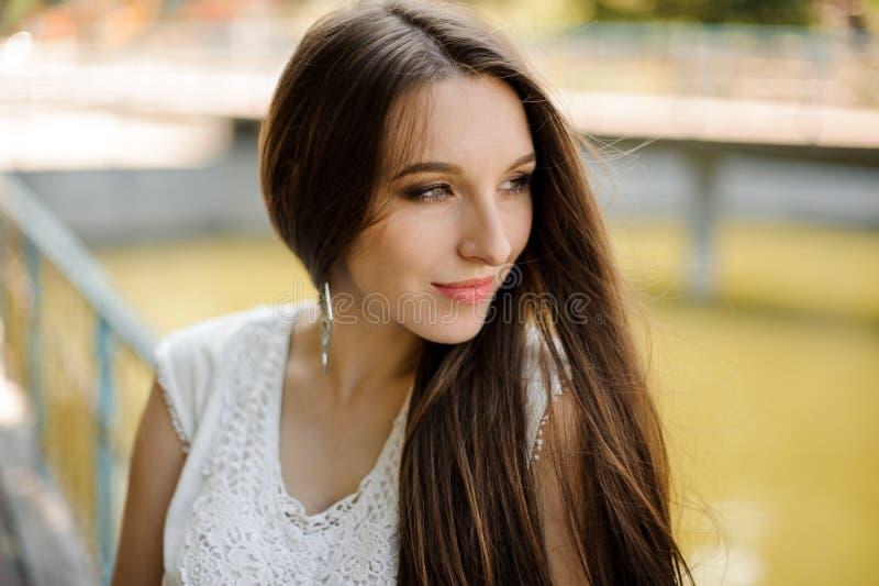 Muchacha hermosa con el pelo oscuro en vestido blanco elegante fotos de archivo libres de regalías