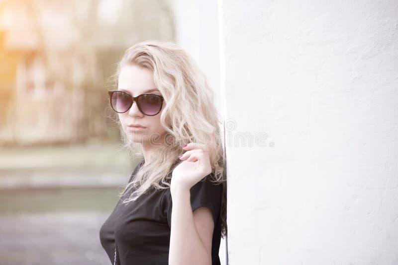 Muchacha hermosa con el pelo rubio en retrato de las gafas de sol fotografía de archivo
