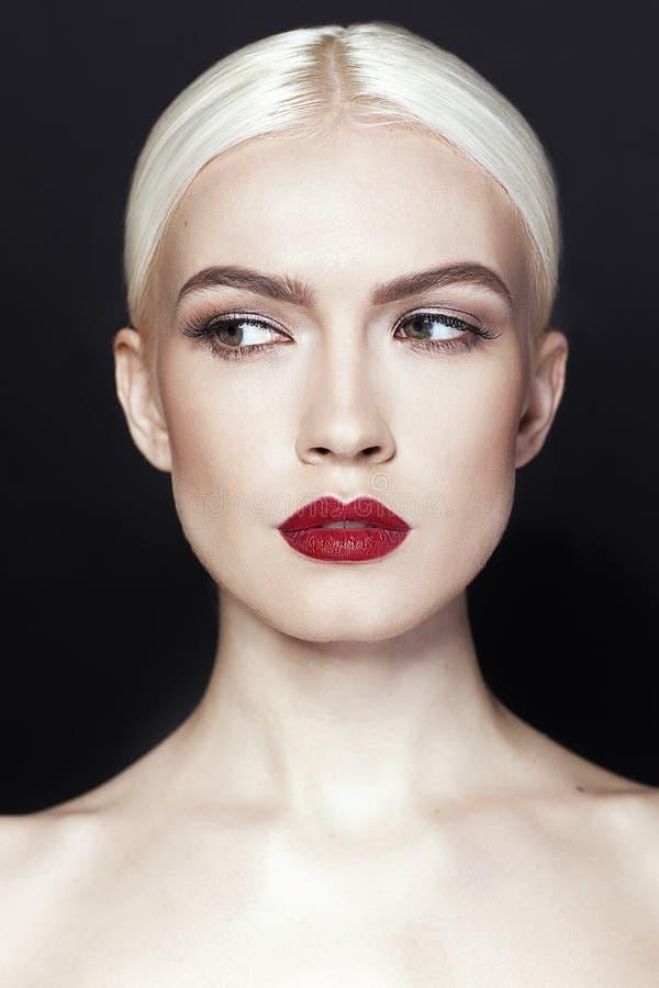 Muchacha hermosa con el pelo rubio y los labios rojos imagen de archivo libre de regalías