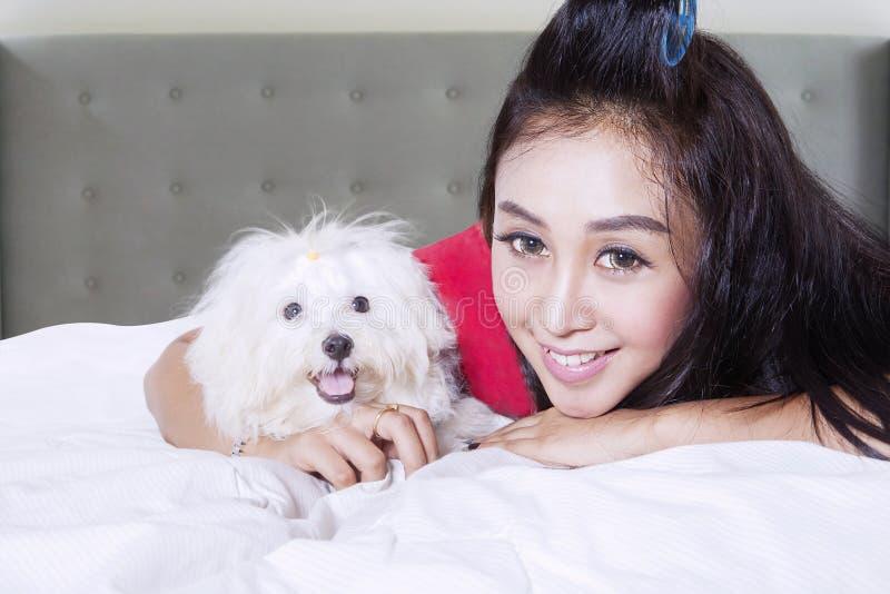 Muchacha hermosa con el perrito lindo imagenes de archivo