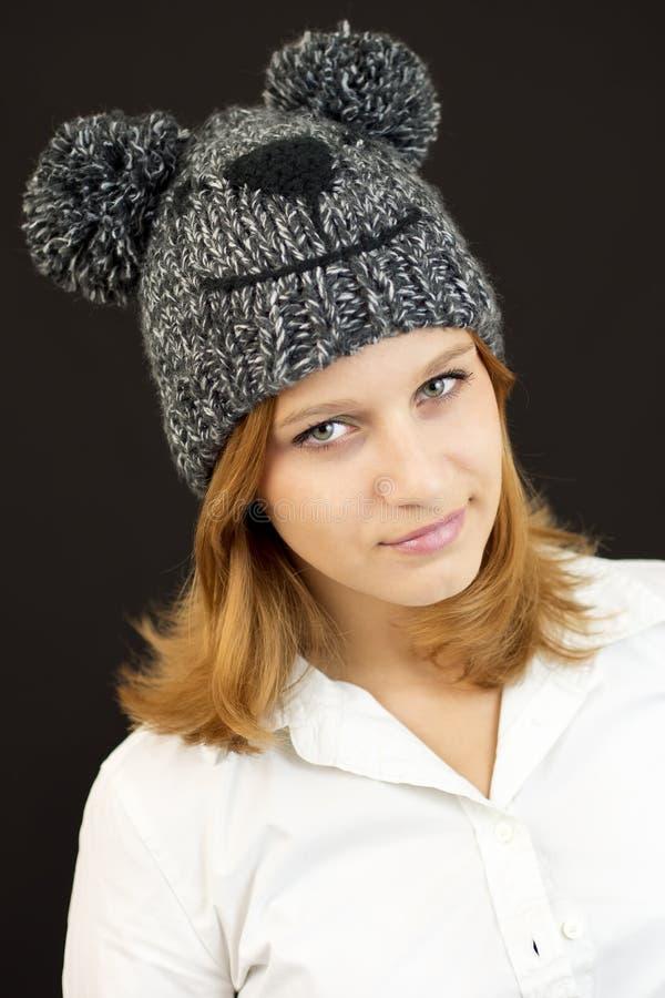 Muchacha hermosa con el sombrero del oso del invierno foto de archivo libre de regalías