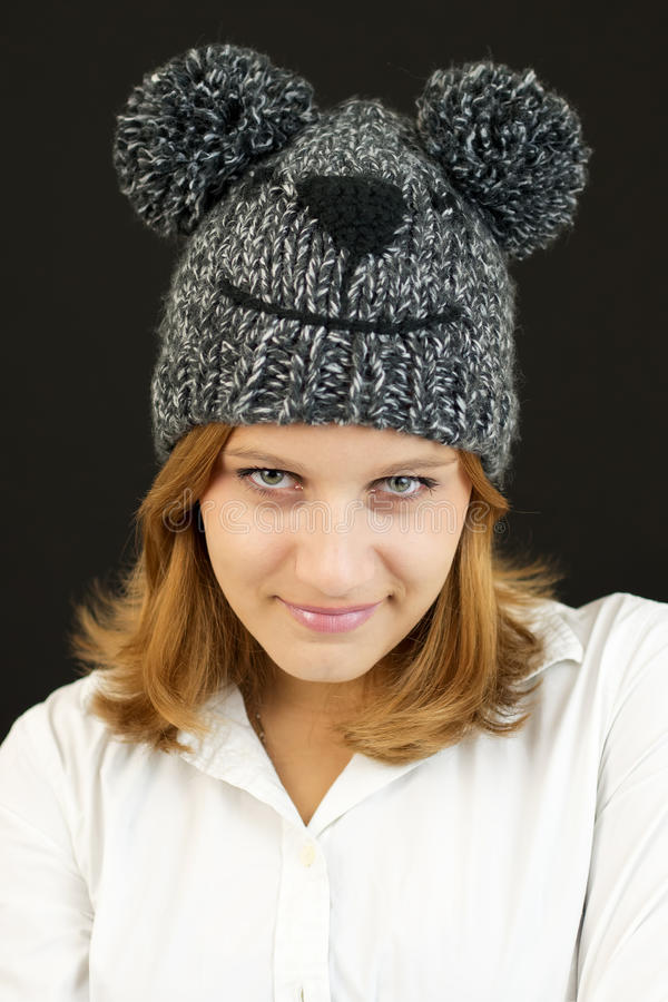 Muchacha hermosa con el sombrero del oso del invierno imágenes de archivo libres de regalías