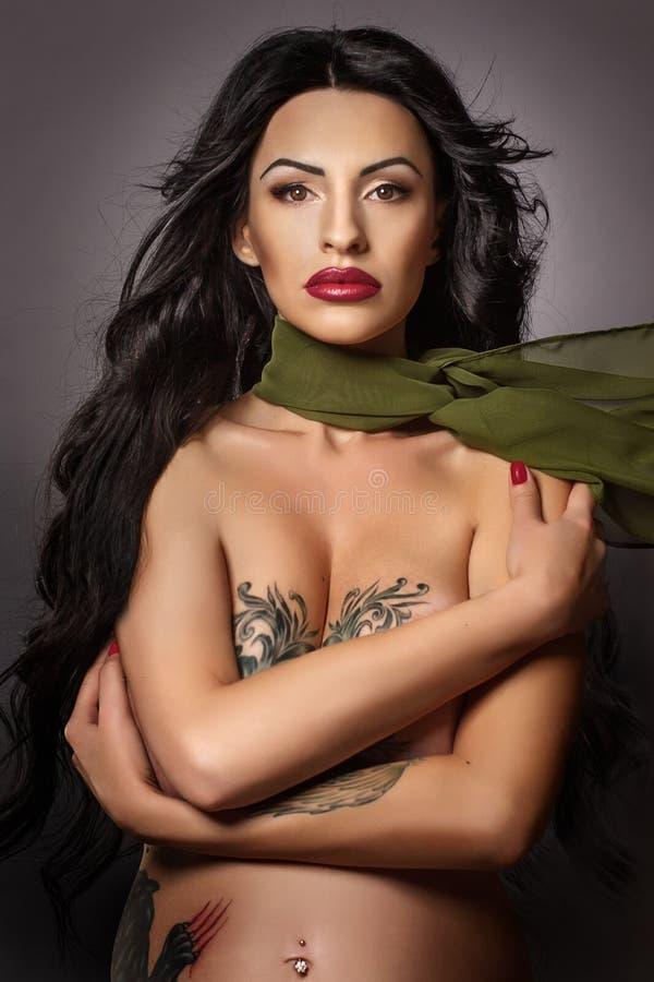 Muchacha hermosa con el tatuaje imagen de archivo libre de regalías