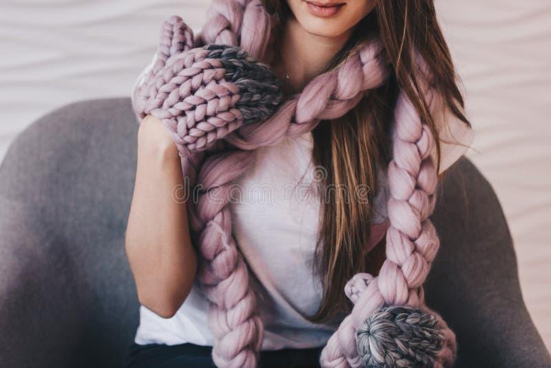 Muchacha hermosa con la bufanda y las manoplas hechas punto de la lana merina imagen de archivo libre de regalías