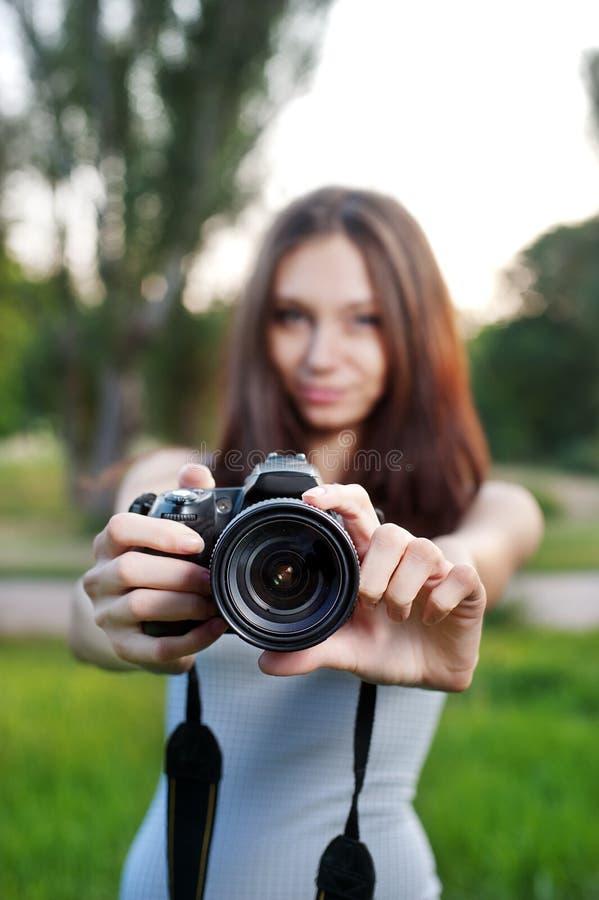 Muchacha hermosa con la cámara al aire libre fotos de archivo libres de regalías