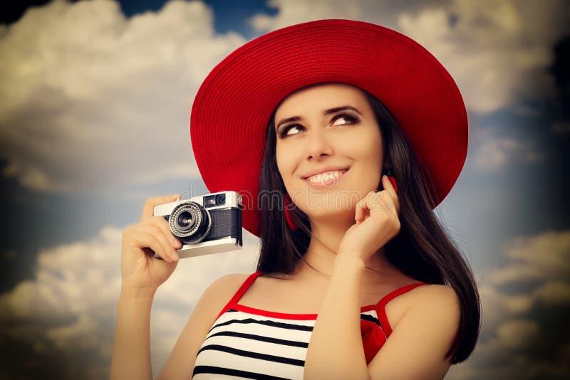 Muchacha hermosa con la cámara en el cielo azul imagenes de archivo