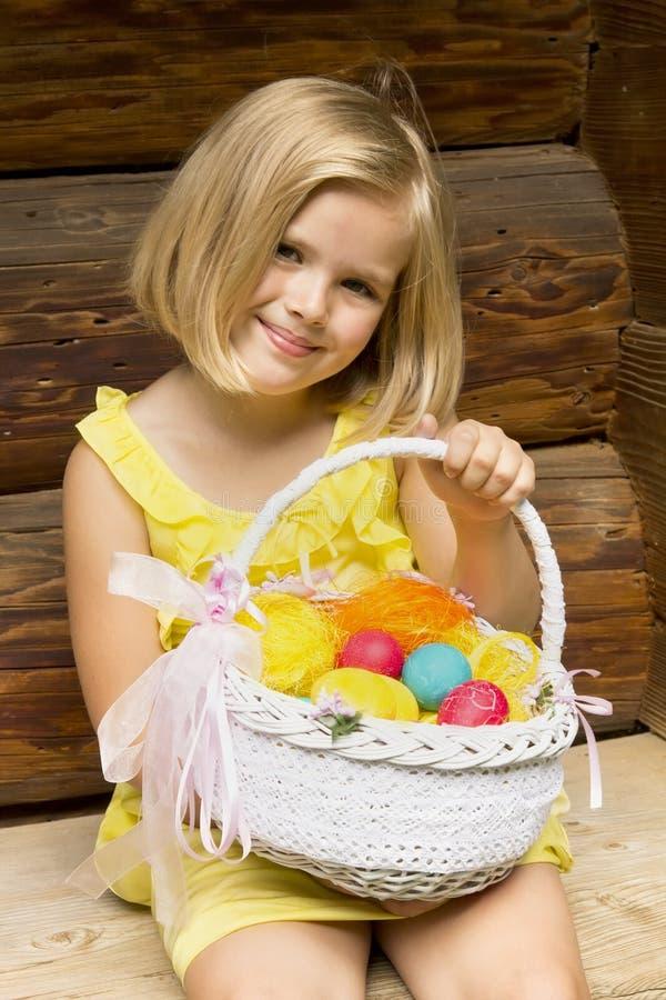 Muchacha hermosa con la cesta de Pascua fotos de archivo libres de regalías