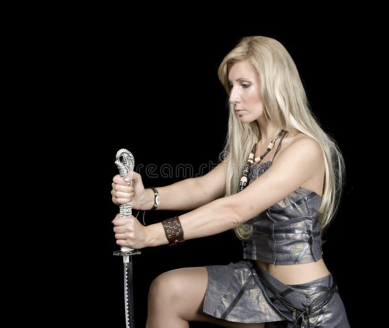 Muchacha hermosa con la espada imagenes de archivo
