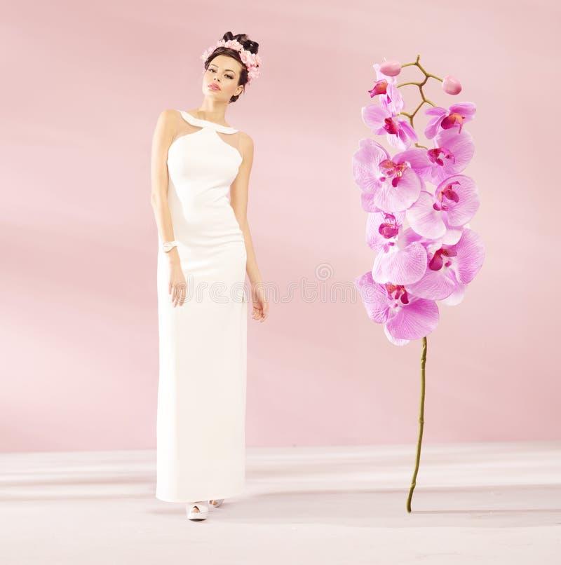 Muchacha hermosa con la flor enorme imagenes de archivo