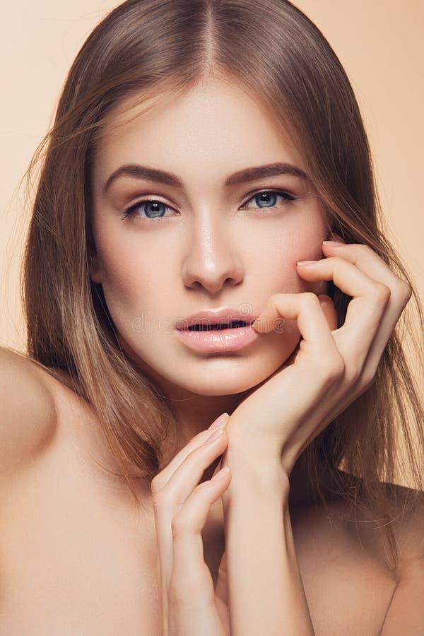 Muchacha hermosa con la piel perfecta imagen de archivo