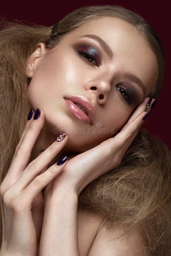 Muchacha hermosa con la piel perfecta, igualando el maquillaje, casandose el peinado Cara de la belleza imágenes de archivo libres de regalías