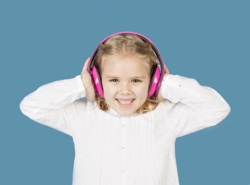 Muchacha hermosa con la sonrisa de los auriculares fotos de archivo