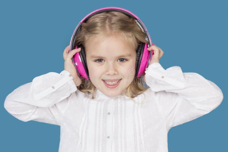 Muchacha hermosa con la sonrisa de los auriculares fotografía de archivo libre de regalías