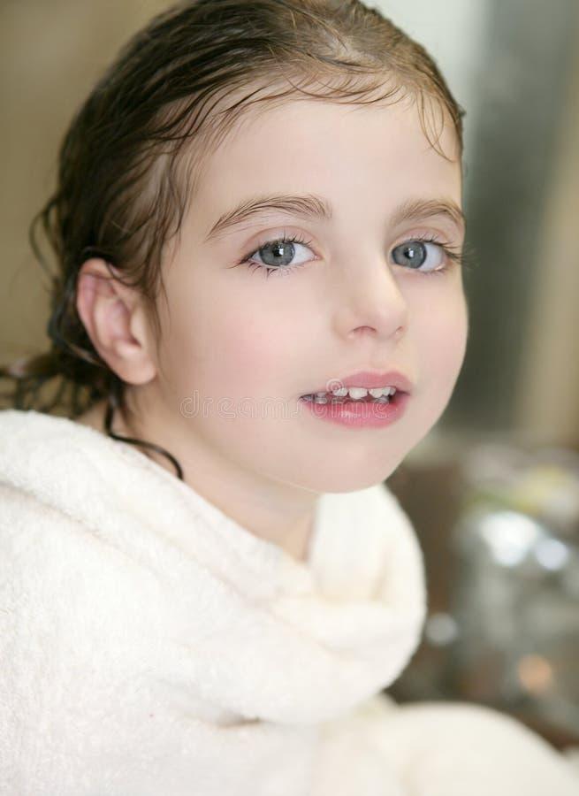 Muchacha hermosa con la toalla en el cuarto de baño imagenes de archivo
