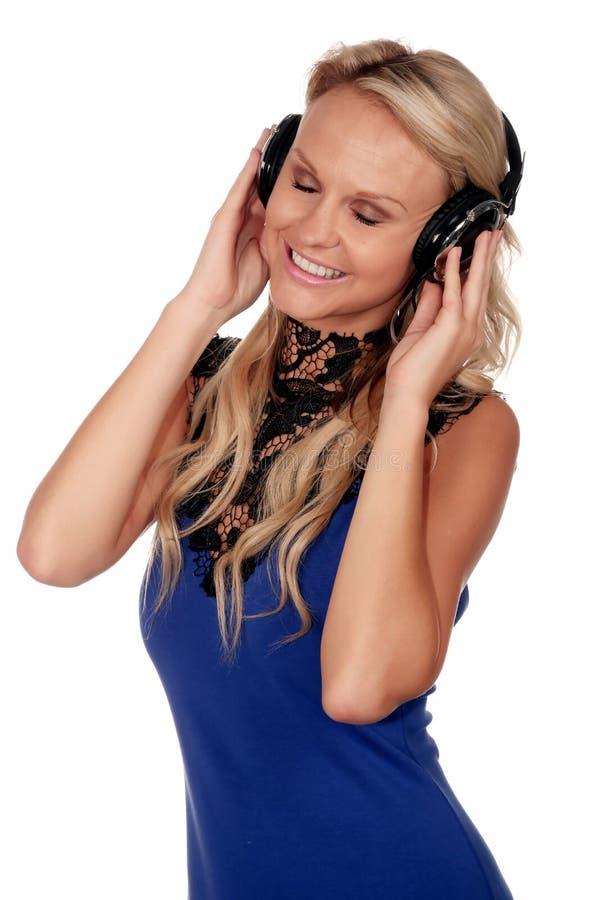 Muchacha hermosa con los auriculares de la música imagen de archivo