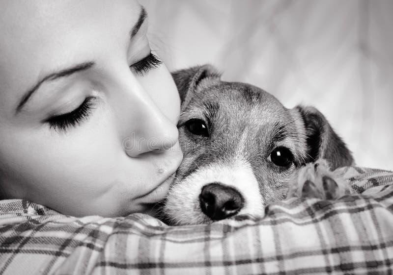 Muchacha hermosa con los dreadlocks y el terrie de Jack Russell del perrito del perro foto de archivo