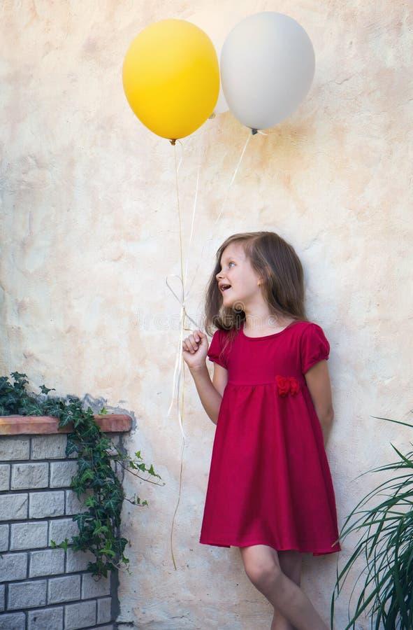 Muchacha hermosa con los globos imagen de archivo