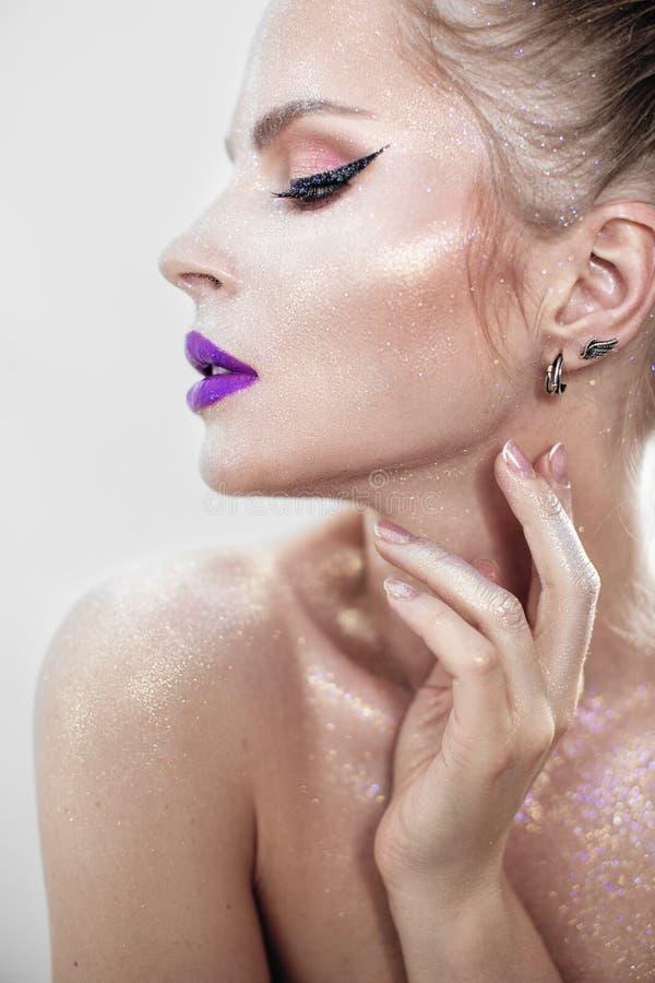 Muchacha hermosa con los labios púrpuras imágenes de archivo libres de regalías