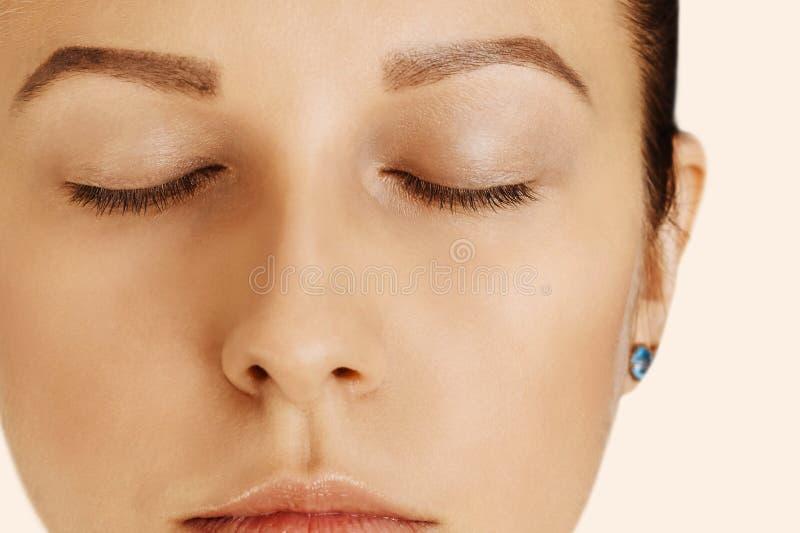 Muchacha hermosa con los ojos cerrados y la piel perfecta con maquillaje natural Belleza, cosmetología y cuidado de piel naturale imágenes de archivo libres de regalías