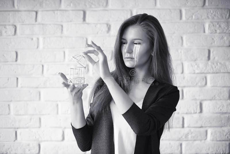 Muchacha hermosa con los rasgones en sus ojos Chica joven con t pintado fotografía de archivo libre de regalías