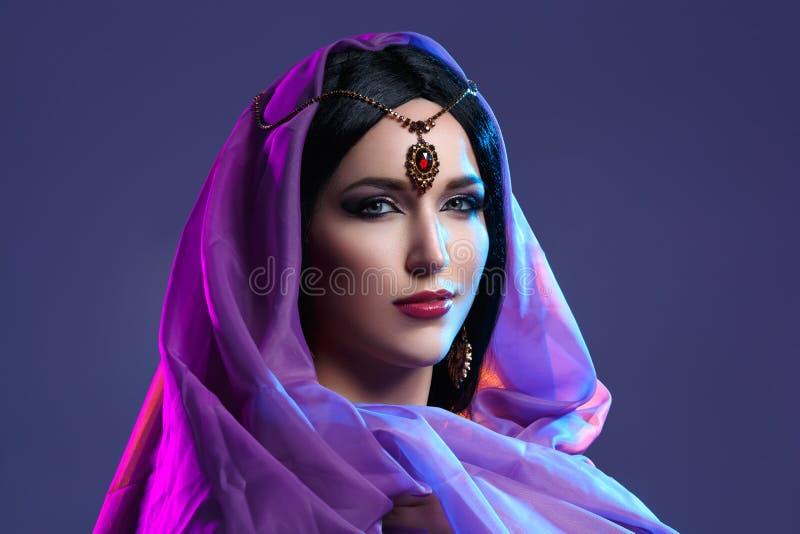 Muchacha hermosa con maquillaje árabe imagen de archivo