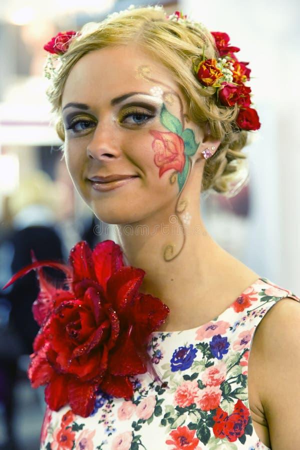 Muchacha hermosa con maquillaje artístico imagenes de archivo