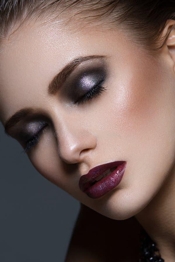 Muchacha hermosa con maquillaje brillante fotos de archivo libres de regalías