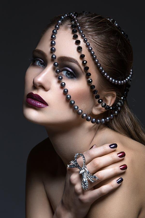 Muchacha hermosa con maquillaje brillante imágenes de archivo libres de regalías