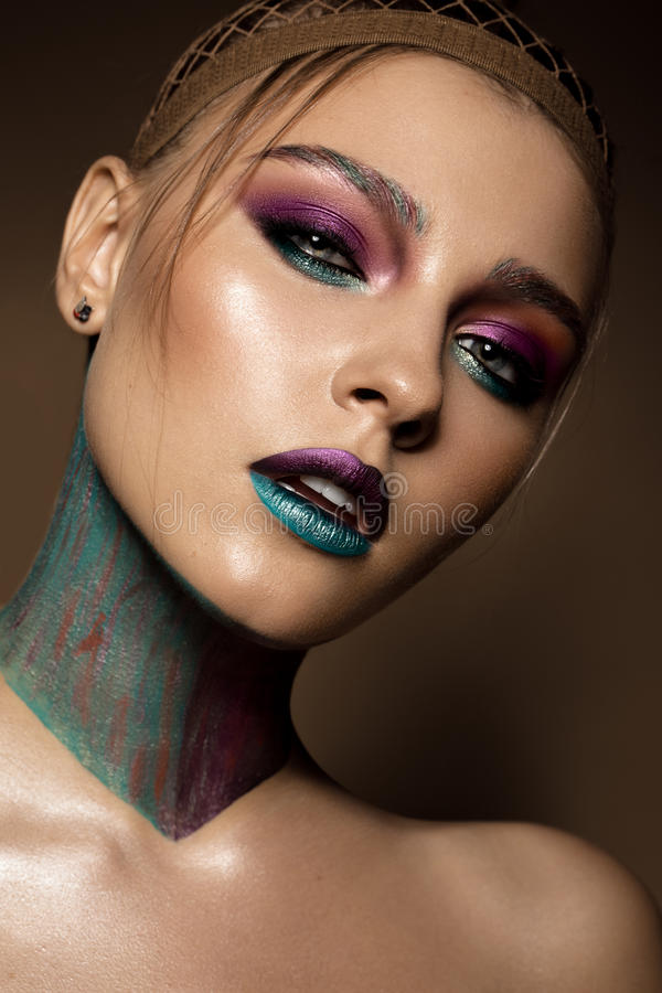 Muchacha hermosa con maquillaje colorido creativo Cara de la belleza imagenes de archivo