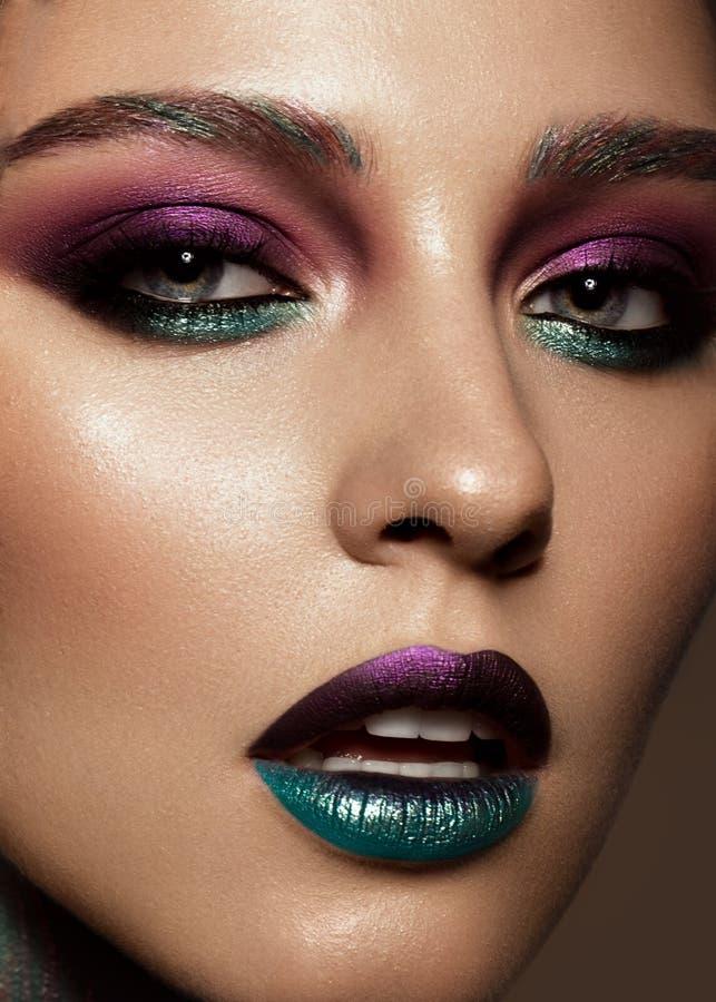 Muchacha hermosa con maquillaje colorido creativo Cara de la belleza imágenes de archivo libres de regalías