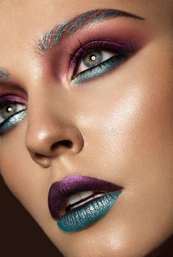 Muchacha hermosa con maquillaje colorido creativo Cara de la belleza imagen de archivo libre de regalías
