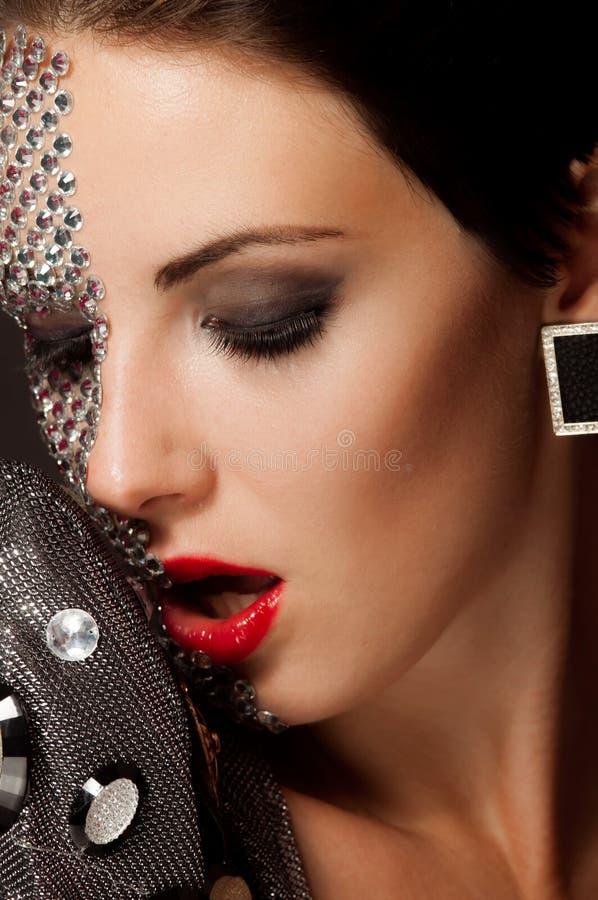 Muchacha hermosa con maquillaje con los cristales imagenes de archivo