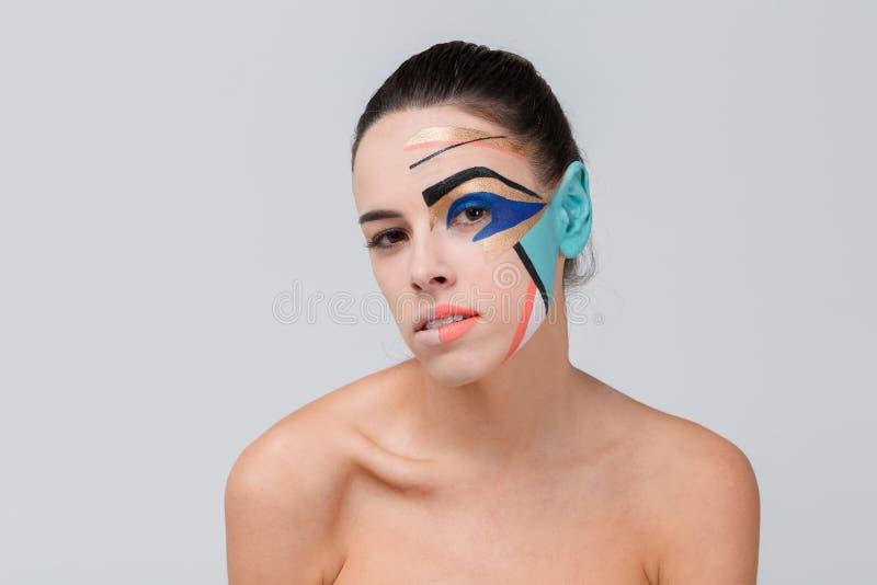 Muchacha hermosa, con maquillaje creativo en su cara fotografía de archivo libre de regalías