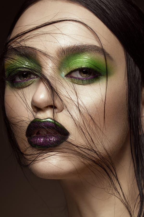Muchacha hermosa con maquillaje del verde de la primavera y labios del vampiro Cara de la belleza fotografía de archivo libre de regalías