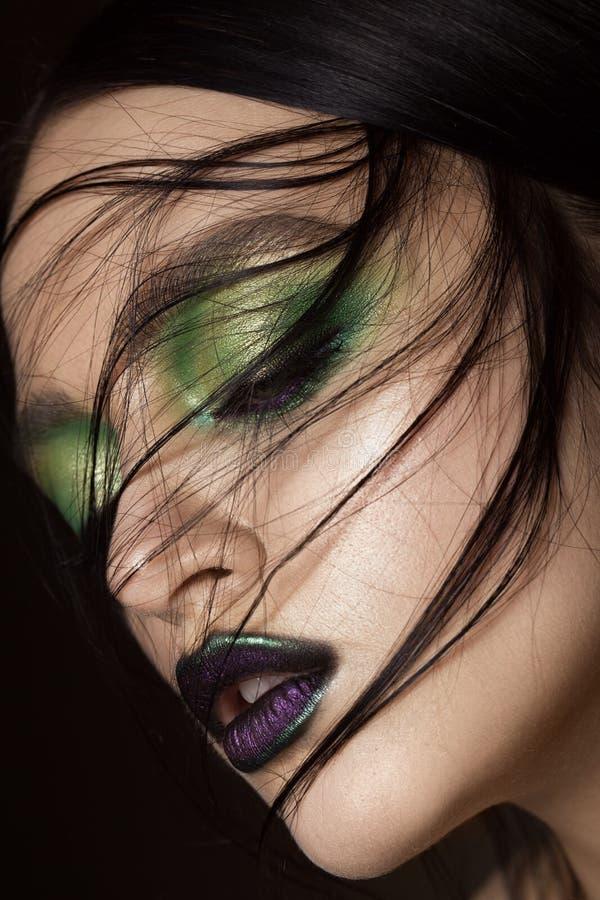 Muchacha hermosa con maquillaje del verde de la primavera y labios del vampiro Cara de la belleza foto de archivo
