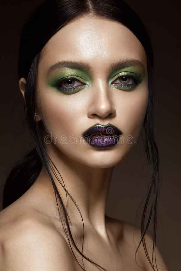 Muchacha hermosa con maquillaje del verde de la primavera y labios del vampiro Cara de la belleza imágenes de archivo libres de regalías