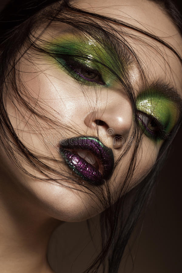 Muchacha hermosa con maquillaje del verde de la primavera y labios del vampiro Cara de la belleza fotografía de archivo
