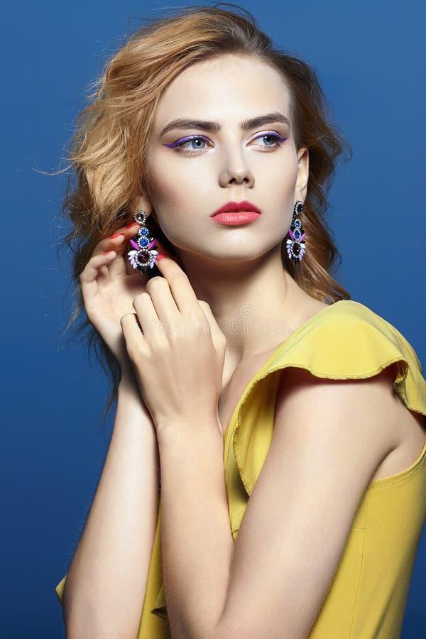 Muchacha hermosa con maquillaje con joyer?a imagen de archivo libre de regalías