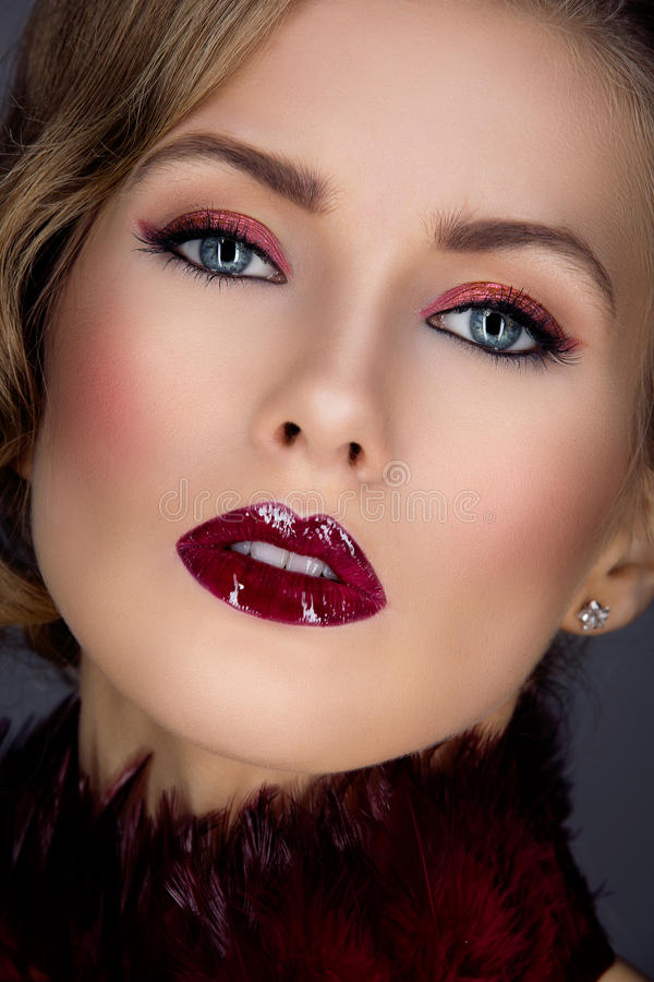 Muchacha hermosa con maquillaje rojo fotos de archivo