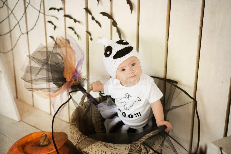 Muchacha hermosa con Síndrome de Down en un traje en los fantasmas de un Halloween del día de fiesta imagen de archivo
