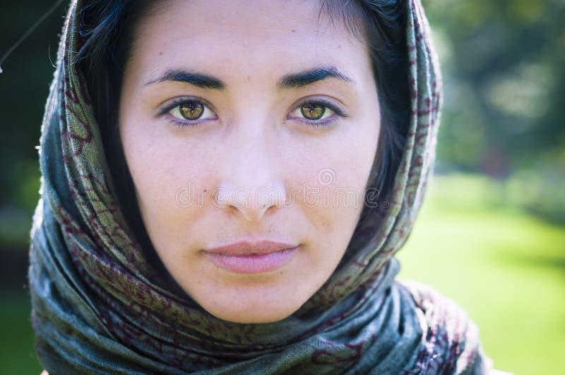 Muchacha hermosa con safi de la bufanda en el césped imagenes de archivo