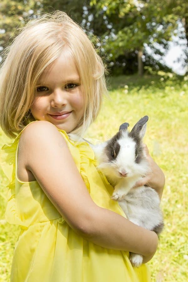 Muchacha hermosa con un conejo imagen de archivo