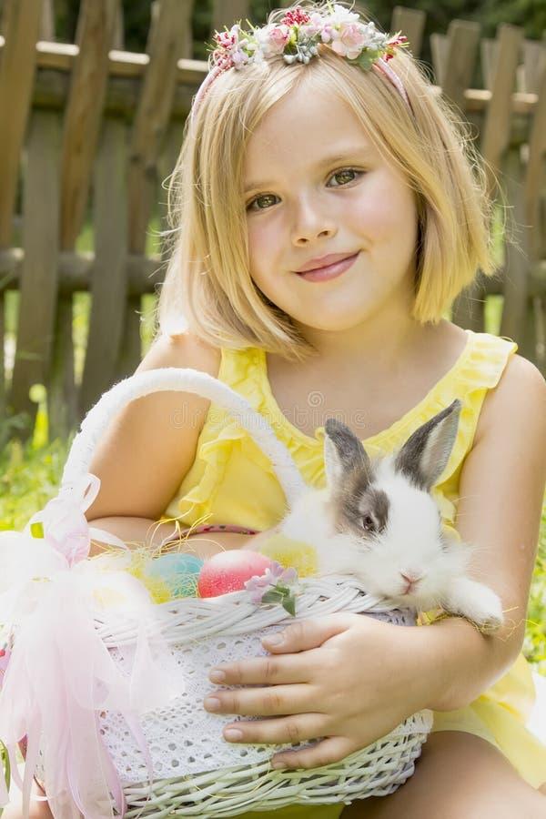 Muchacha hermosa con un conejo imagenes de archivo