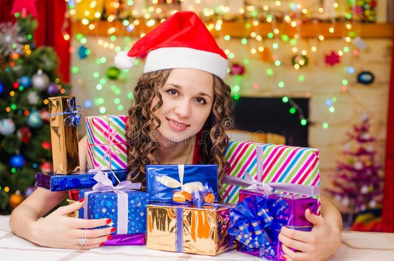 Muchacha hermosa con un manojo de regalos de la Navidad foto de archivo
