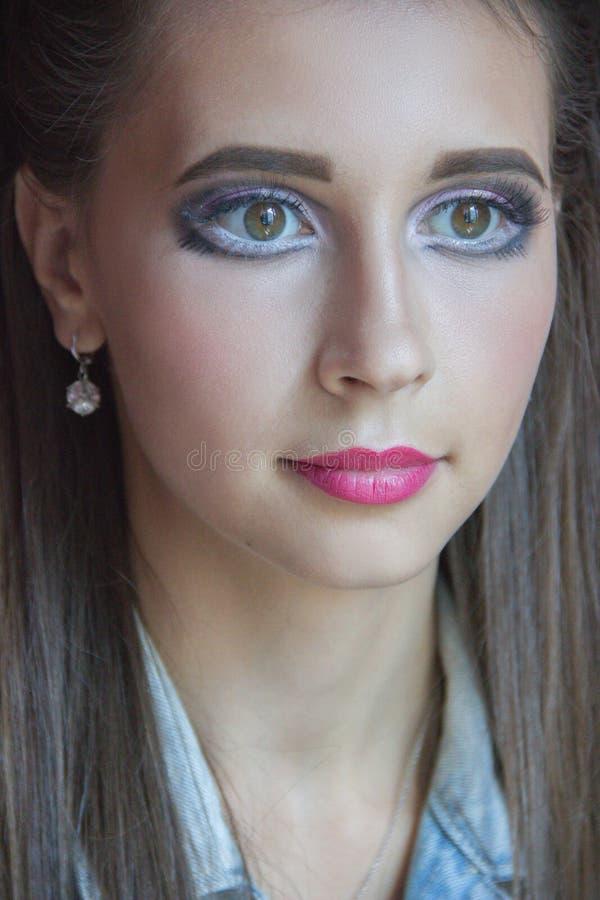 Muchacha hermosa con un maquillaje de una barbie y de un pelo largo imagen de archivo