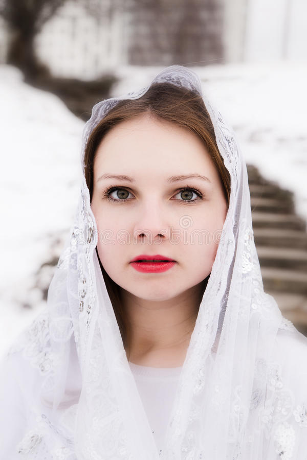 Muchacha hermosa con un pañuelo blanco en su cabeza fotos de archivo
