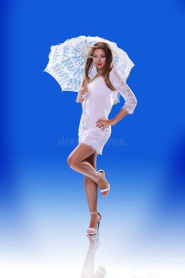 Muchacha hermosa con un paraguas fotos de archivo