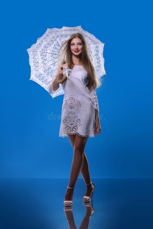 Muchacha hermosa con un paraguas foto de archivo libre de regalías